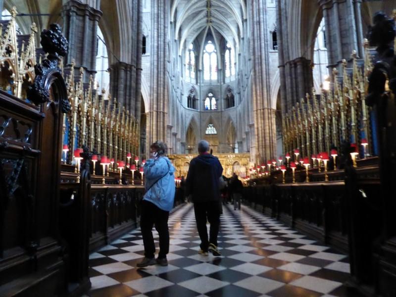 Westminster Abbey, Krönungskirche aller Könige von England seit 1036. Und alle auf dem selben Holzstuhl. In der Kirche hat es täglich einige tausend Besucher, immer proppenvoll. Und Fotografieren ist strengstens untersagt.