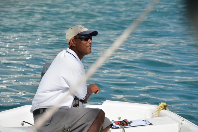 Er vom hafen hat dann mit einem kleinen Beiboot und einer 5 m Leine die Thaani gekonnt in die Box gezogen