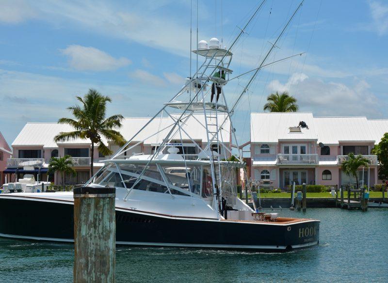 """Das Heck ist tief im Wasser, um die Fische gut an Bord zu bringen. Der erhöhte Steuerstand erlaubt es von """"weit"""" oben Fischschwärme zu sichten. Ist aber eher ein """"must have""""."""