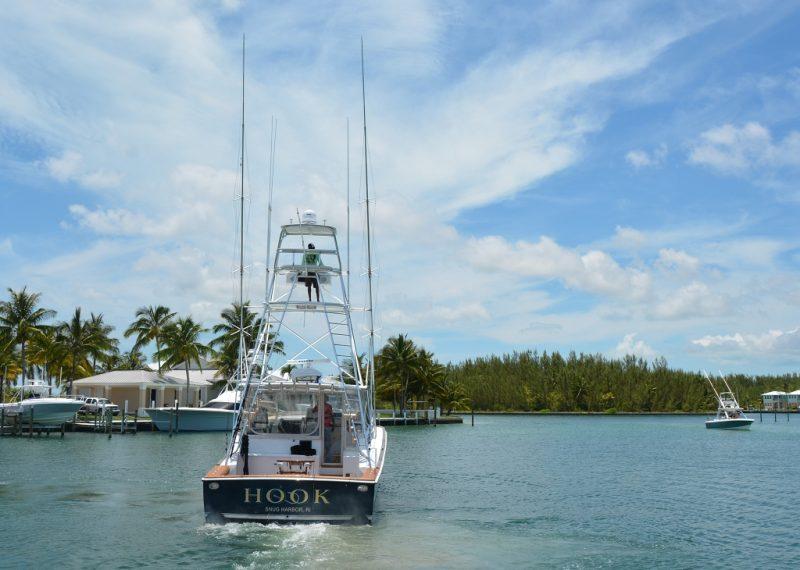 """Die 2 riesigen """"Antennen"""" links und rechts sind Köderschlepper und werden beim Schleppen runtergeklappt. Insgesamt werden während dem Schleppen ca. 100 Köder nachgeschleppt. Sobald ein Fisch beisst, wird der Fischer je nach grösse der beute im Heck auf den Drillstuhl angeschnallt. Und dann muss der Fisch, ein Marlin z.B. kann bis zu 800 kg wiegen, zum Heck gedrillt werden."""