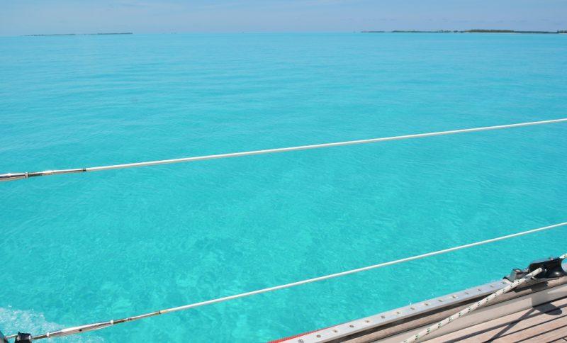 Der Grund ist aus weissem Sand, desshalb die Farbe Türkis bis ca.10 m Wassertiefe